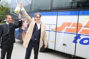 Intendant Rainer Mennicken als stolzer Taufpate des Musiktheaterbusses Linz