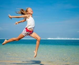 Mädchen springt am Strand_shutterstock_203466022_klein_c_ altanaka