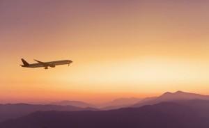 Flugzeug über Morgenrotpanorama_shutterstock_639545572 (1920x1180)