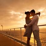 Pärchen am Schiff vor Sonnenuntergang_shutterstock_235800778_c_michaeljung