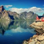 no_Landschaft_Fjord und rotes Haus_shutterstock_588345065 (800x533)