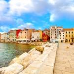 Novigrad - Verträumte Gassen und gemütliche Tavernen, flach abfallende Fels- und Kiesstrände sowie die Nähe zu den Künstler- und Weinorten Istriens begründen die große Beliebtheit.