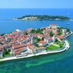 Porec - Die UNESCO-Weltkulturerbe-Stadt begeistert mit malerischen Gassen,  Bauwerken und großartigen Bade- buchten und Hotels die ein Bummel- zug mit der Altstadt verbindet.