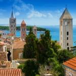 """Insel Rab - Die """"grüne Insel Rab"""" verfügt über die  schönsten Badebuchten und den größten Sandstrand der Region. Bummeln Sie durch die ehrwürdige Altstadt mit dem berühmten 4-Türme Blick."""