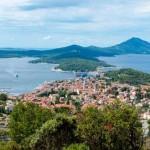 Insel Losinj - Mit Pinienwäldern bedeckt hat Losinj viel venezianisches Kulturerbe in den Hauptorten und paradiesische Buchten mit Kies- und Felsstränden. Die Hotels gehören zu den Besten der Region.