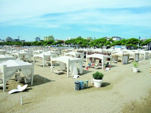 LIGNANO - Der goldgelbe flach abfallende Sandstrand gepaart mit vielen Unterhaltunsgmöglichkeiten, trendigen Boutiquen und Lokalen zeichnen den mondänen Badeort aus.
